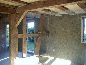 Isolation de mur intérieur par projection de béton de chanvre
